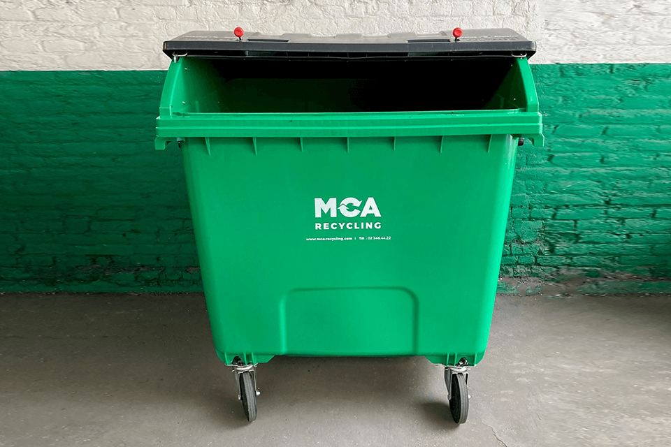 1,100-litre container with round lid on castors. Use: unsorted waste.