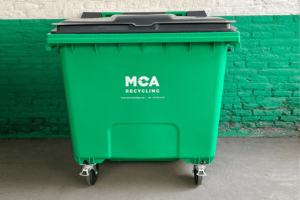 1,100-litre container with flat lid on castors. Use: unsorted waste.